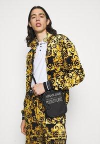 Versace Jeans Couture - UNISEX - Axelremsväska - black - 0