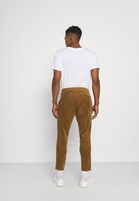 Only & Sons - ONSLINUS LIFE CROPPED - Trousers - kangaroo - 2