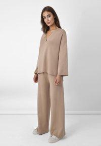 Ro&Zo - Spodnie materiałowe - camel - 0