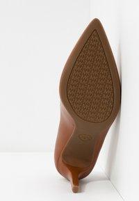MICHAEL Michael Kors - DOROTHY FLEX  - Escarpins à talons hauts - luggage - 6