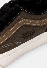 Vans - OLD SKOOL TAPERED UNISEX - Sneakers - black/grape leaf - 5