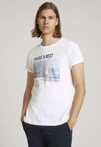 TOM TAILOR DENIM - MIT FOTOPRINT - Print T-shirt - white - 0