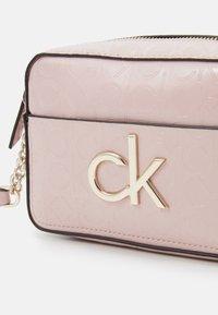 Calvin Klein - RE LOCK CAMERA BAG - Sac bandoulière - purple - 5