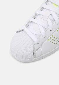 adidas Originals - SUPERSTAR UNISEX - Sneakers basse - white/solar yellow/gold metallic - 4