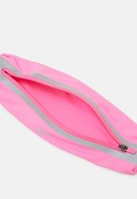 Nike Performance - SLIM WAISTPACK 2.0 UNISEX - Bum bag - pink glow/smoke - 3