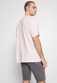 Levi's® - GRAPHIC TEE - T-shirt con stampa - original veiled rose - 2