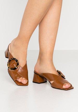 ARIA - Pantofle na podpatku - nougat