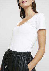 Anna Field - 2 PACK - T-shirt basic - white/black - 4