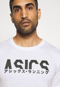 ASICS - KATAKANA GRAPHIC TEE - Camiseta estampada - brilliant white/performance black - 2