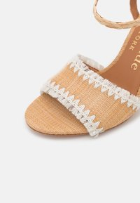 kate spade new york - OLIVIA - Sandály - natural/parch - 6