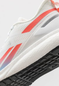 Reebok - FOREVER FLOATRIDE ENERGY 2 - Neutrální běžecké boty - true grey/white/vivid orange - 5
