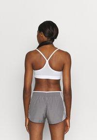 Nike Performance - AIR INDY CUTOUTBRA - Brassières de sport à maintien léger - white/pure platinum/black - 0