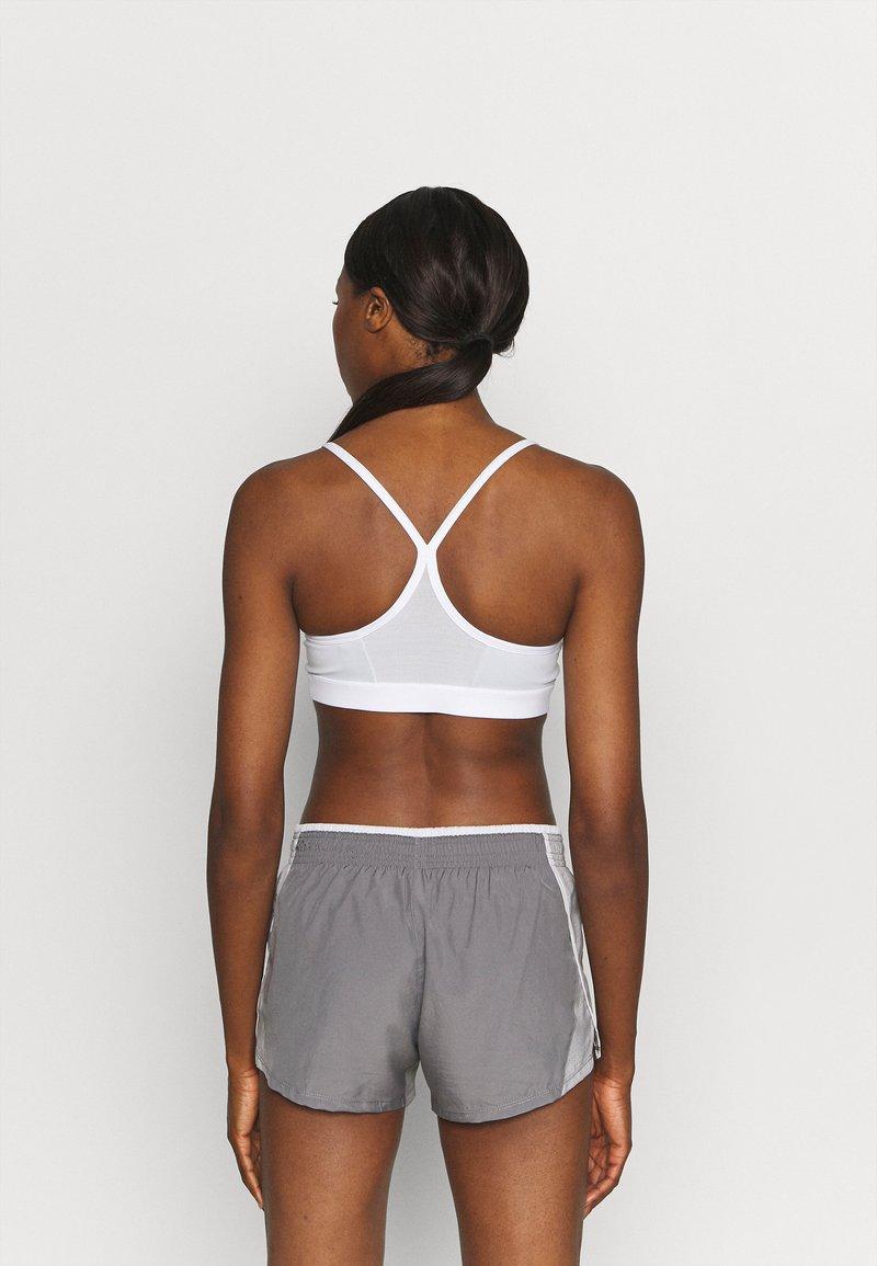 Nike Performance - AIR INDY CUTOUTBRA - Brassières de sport à maintien léger - white/pure platinum/black