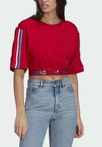 adidas Originals - PRIMEBLUE ADICOLOR ORIGINALS RELAXED T-SHIRT - Camiseta estampada - scarlet - 3
