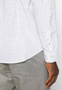 TOM TAILOR DENIM - ALLOVER PRINTED STRETCH SHIRT - Shirt - white - 5