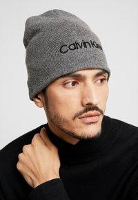 Calvin Klein - CLASSIC BEANIE - Muts - grey - 1