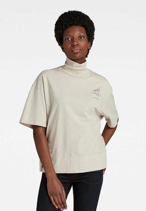 LOOSE GRAPHIC FUNNEL TEE - T-shirt basique - whitebait