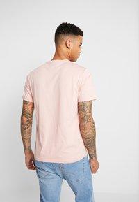 Levi's® - HOUSEMARK GRAPHIC TEE - T-shirt z nadrukiem - salmon - 2