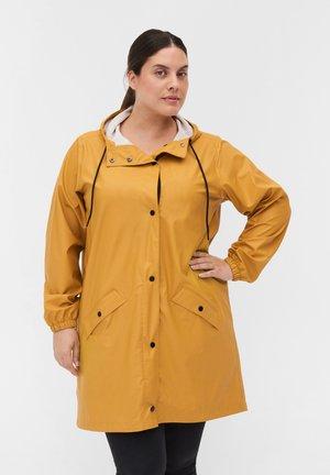 UND SCHLUSS - Regenjas - spruce yellow