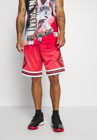 Mitchell & Ness - NBA CHICAGO BULLS NBA OLD ENGLISH FADED SWINGMAN - Sportovní kraťasy - red - 0