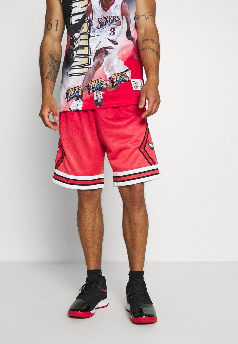 Mitchell & Ness - NBA CHICAGO BULLS NBA OLD ENGLISH FADED SWINGMAN - Sportovní kraťasy - red