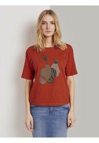 TOM TAILOR - FRONTPRINT OVERSIZED - Print T-shirt - strong flame orange - 0