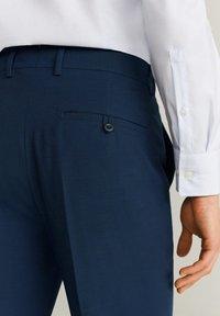 Mango - SLIM FIT ANZUGHOSE AUS WOLLSTOFF - Suit trousers - tintenblau - 4