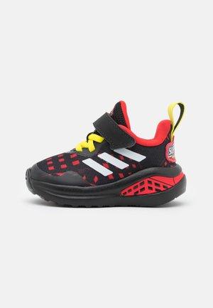 FORTARUN SUPERHERO UNISEX - Chaussures de running neutres - core black/footwear white/vivid red