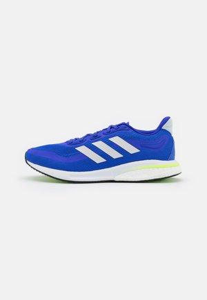 SUPERNOVA RUNNING BOOST BOUNCE PRIMEGREEN SHOES - Neutrální běžecké boty - sonic ink/footwear white/signal green