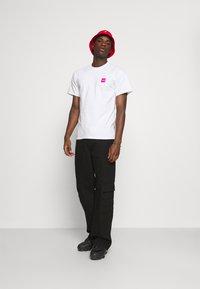 HUF - WET CHERRY TEE - Print T-shirt - white - 1