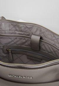 MICHAEL Michael Kors - VOYAGER TOTE - Handbag - pearl grey - 4