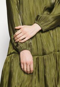 comma - KURZ - Denní šaty - deep green - 4