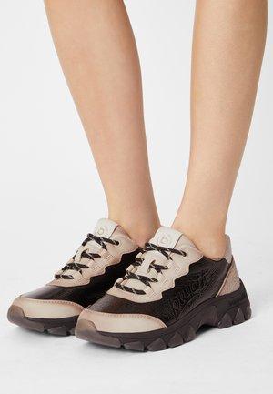 YUKI - Trainers - beige/black