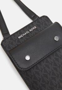 Michael Kors - HYBRID TECH XBODY - Taška spříčným popruhem - black - 4