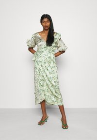 Never Fully Dressed - MARBLE COLD SHOULDER MIDI WRAP - Cocktailklänning - green - 1