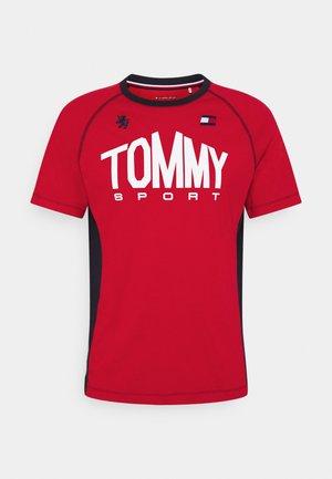 ICONIC TEE - Koszulka sportowa - red
