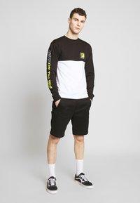Vans - RETRO SPORT COLORBLOCK - Long sleeved top - white/black - 1