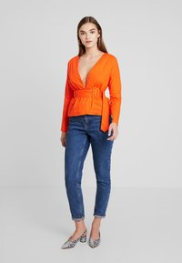 Missguided - BELTED PLUNGE BLOUSE - Blouse - flame - 1