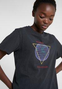 Han Kjobenhavn - ARTWORK TEE - Print T-shirt - faded black - 3