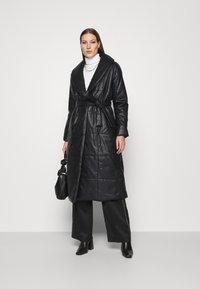 Who What Wear - BELTED PUFFER COAT - Classic coat - black - 1