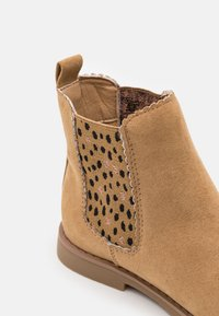 Cotton On - SCALLOP GUSSET BOOT - Classic ankle boots - sandune - 5