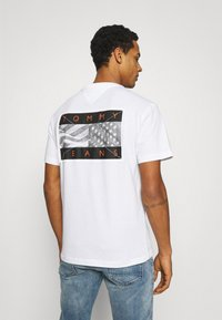 Tommy Jeans - BACK FLAG TEE UNISEX - Printtipaita - white - 2