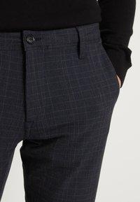 Selected Homme - SLHSLIM STORM FLEX SMART PANTS - Pantalon classique - dark sapphire/check - 6