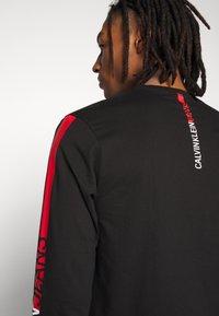 Calvin Klein Jeans - STRIPE INSTITUTIONAL LOGO TEE - Langærmede T-shirts - black - 5