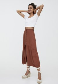 PULL&BEAR - MIT KNÖPFEN  - Maxi skirt - brown - 3
