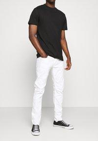 G-Star - D-STAQ 5-PKT SLIM AC - Jeansy Slim Fit - thermojust white stretch denim - white - 0