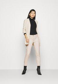 comma - Spodnie materiałowe - sand - 1