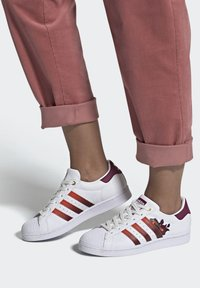 adidas Originals - SUPERSTAR SPORTS INSPIRED SHOES - Baskets basses - ftwr white/power berry/pink tint - 1
