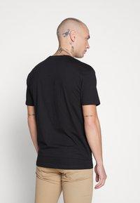 Common Kollectiv - UNISEX PRINTED SLOGAN CASH TEE - Print T-shirt - black - 2