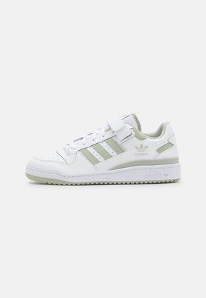 FORUM UNISEX - Trainers - footwear white/halo green